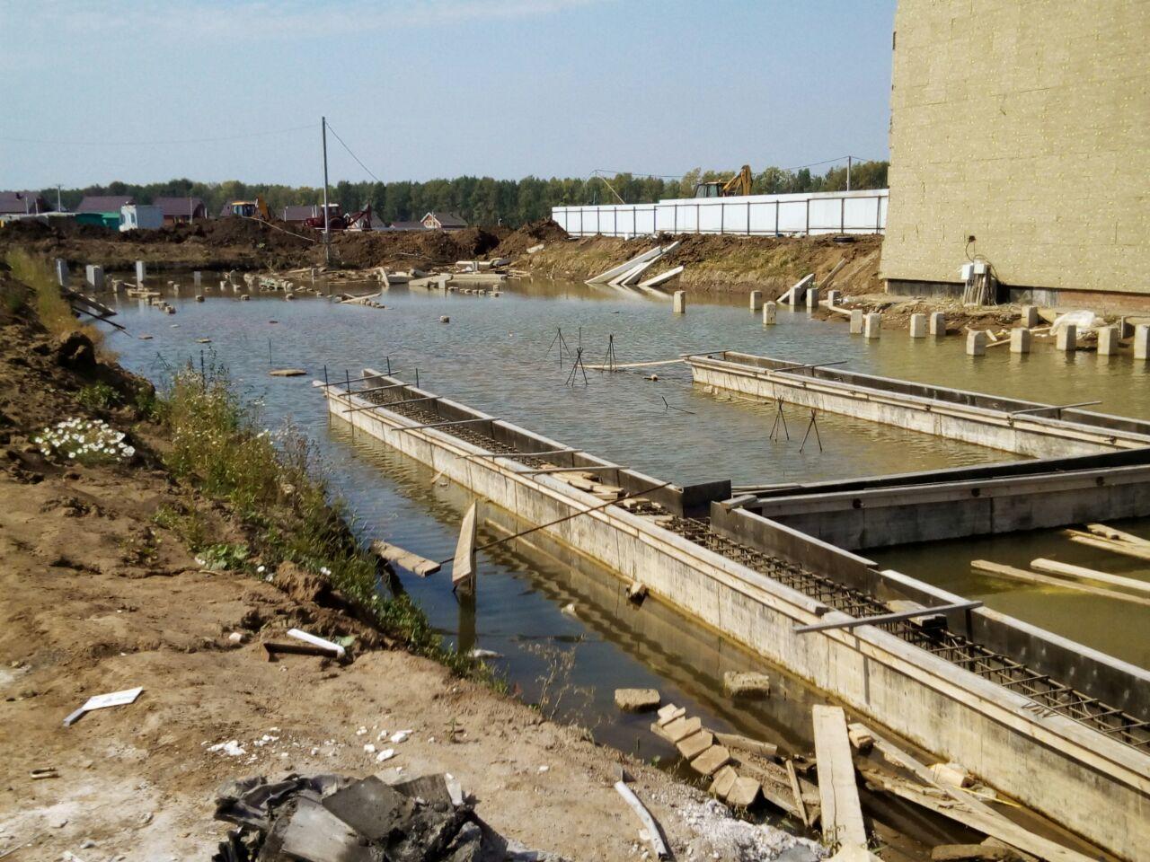 Водоем с торчащими из воды арматурами (стройка у школы Нагаево)