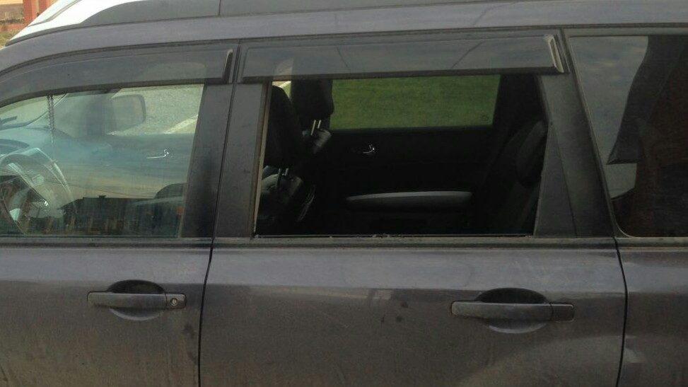 Разбитое окно автомобиля в Нагаево